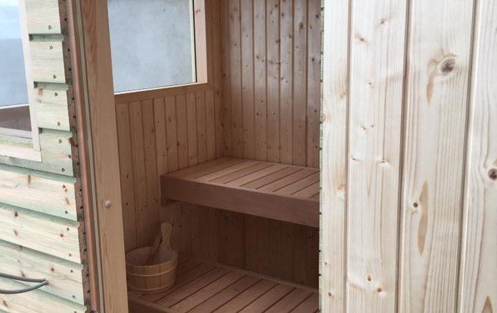 Nybygget sauna lavet af tømrer